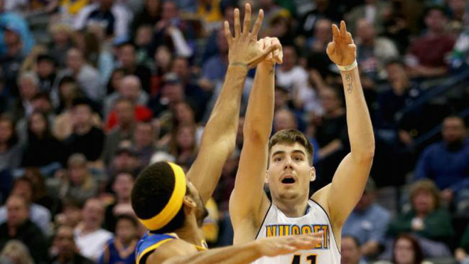 Juancho tira ante McAdoo en un encuentro entre los Nuggets y los...