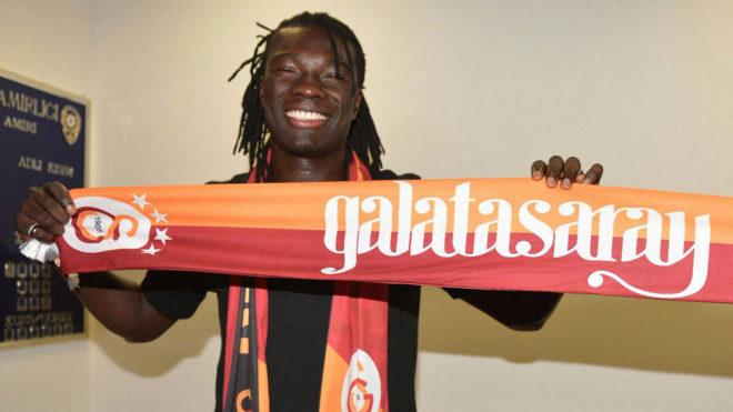Gomis posa con la bufanda del Galatasaray.