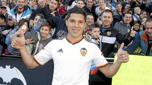 Enzo Pérez el día de su presentación por el Valencia en Mestalla en...