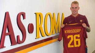 Karsdorp posa con la camiseta de la Roma.