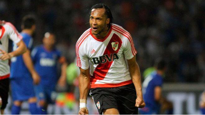 Arturo Mina celebra un gol con la camiseta de River.