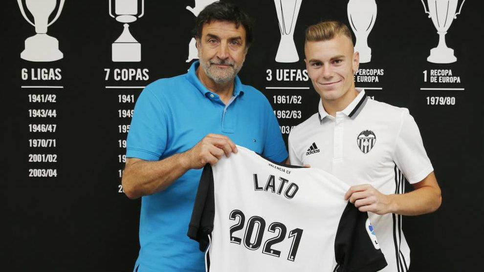 Lato posa junto al director deportivo, José Ramón Alesanco, tras...