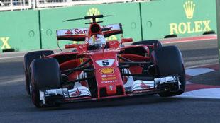 El Ferrari de Vettel en el circuito de Azerbaiyán.