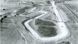 Primeros trabajos de explanación del Jarama, en 1965. A la derecha,...