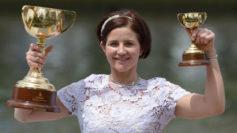 Michelle Payne posa tras ganar la Copa Melbourne.