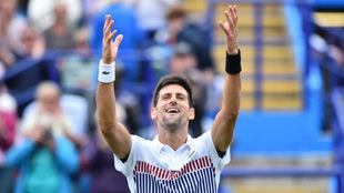 Novak Djokovi saluda al p�blico ingl�s en Eastbourne.