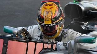 Hamilton saliendo de su monoplaza durante el GP de Azerbaiy�n