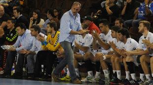 Rafa Guijosa da instrucciones a sus jugadores durante un partido