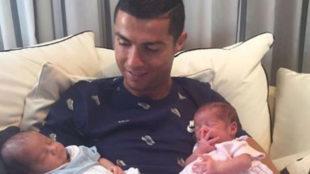 Cristiano Ronaldo, con sus hijos reci�n nacidos