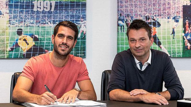Insua, en el momento de firmar su contrato con el Schalke.