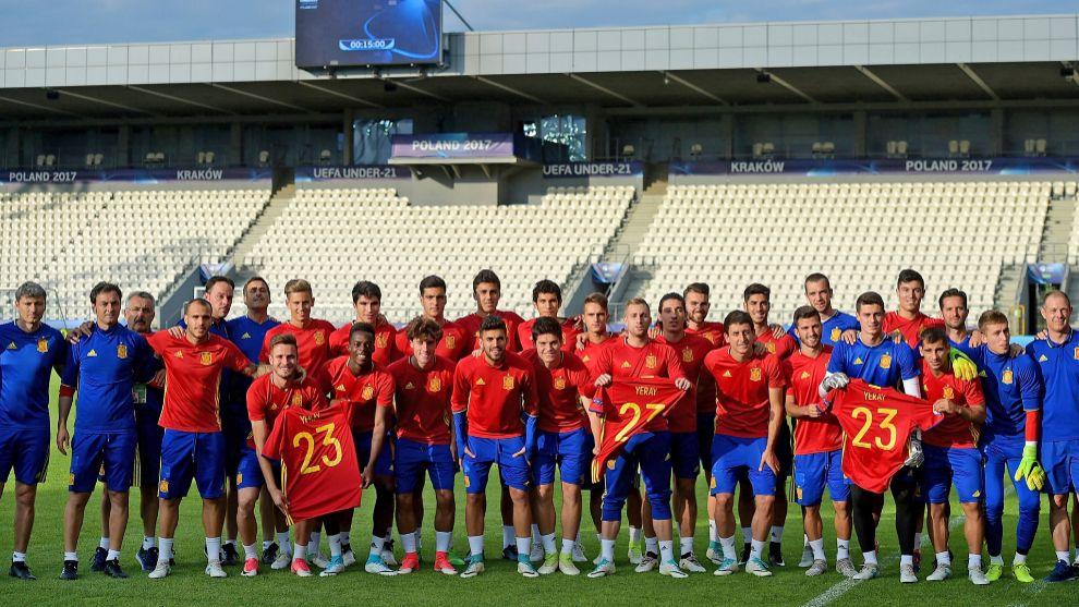 La selección 21 posa en equipo con la camiseta en homenaje a Yeray