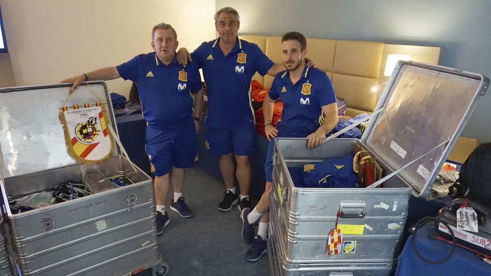 Marino, Paco y Guille posan en la habitación del material para MARCA.