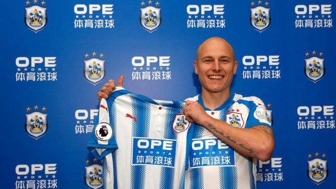Mooy posa con la camiseta del Huddersfield.