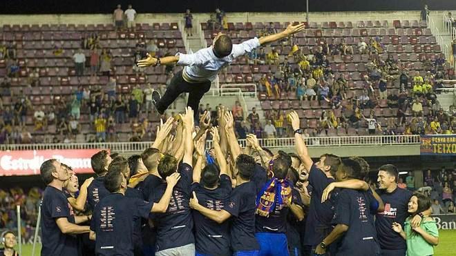 Gerard López es manteado por sus jugadores tras lograr el ascenso