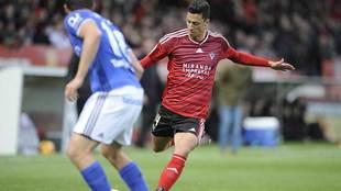 Maikel Mesa golpea al balón en el partido del Mirandés ante el...