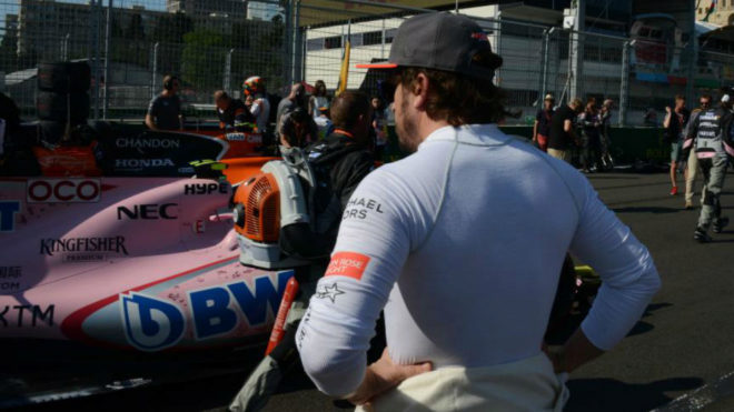 El piloto de McLaren, Fernando Alonso, observa un Force India.