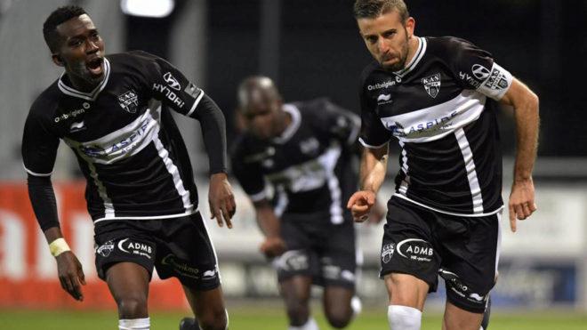 Onyekuru celebra un gol con Luis García.