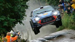 Thierry Neuville, franqueando un rasante con su Hyundai.