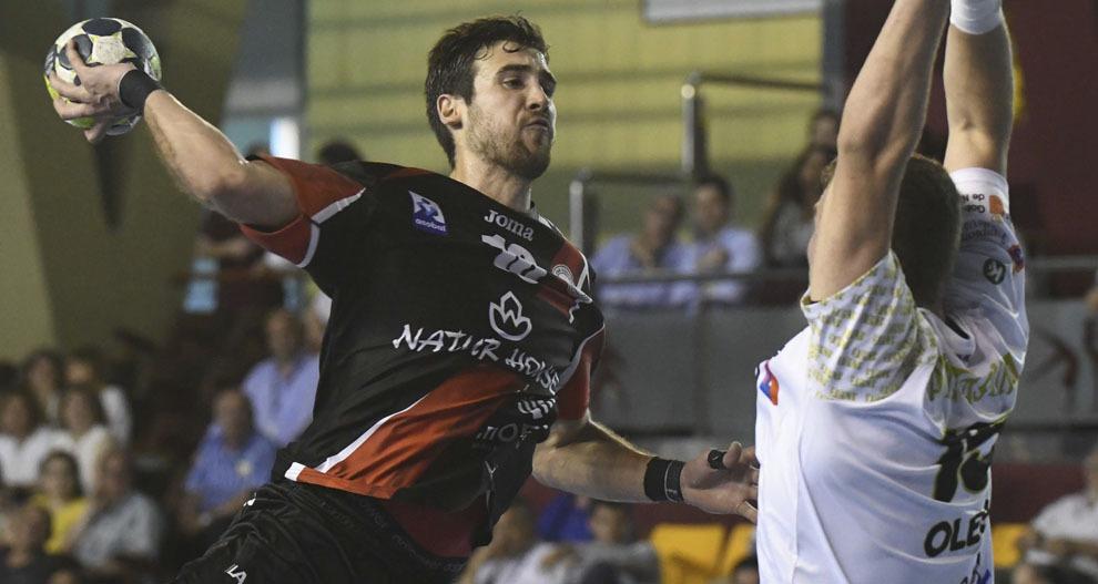 Carlos Molina lanza a portería ante el Anaitasuna en la Copa del Rey