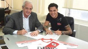 Enzo P�rez durante la firma de su nuevo contrato con River.