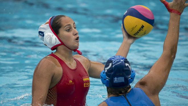 Judit Forca, defensidad por una rival griega.