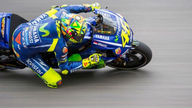 Rossi pilota su Yamaha en el Circuito de Sachsenring.