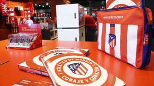Merchandising del Atl�tico con el nuevo escudo en la tienda del...