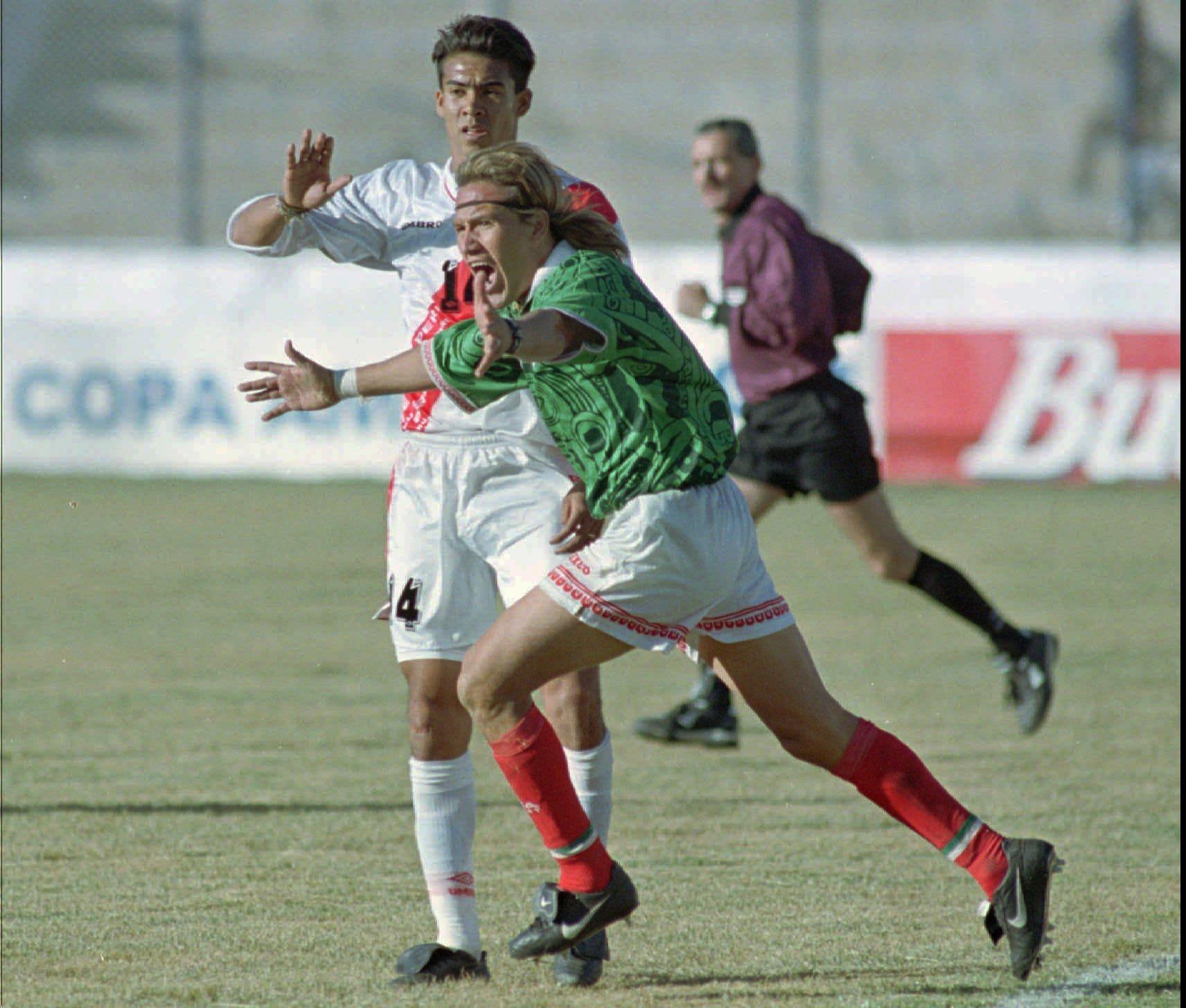 Luis Hernández festeja su gol ante Perú en la Copa América 1997.