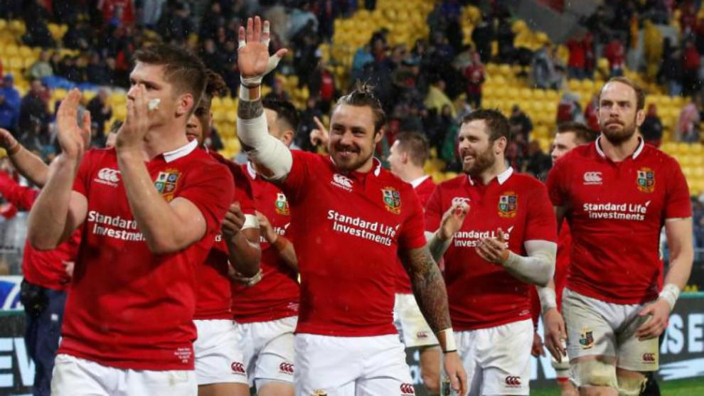 Los jugadores de los British & Irish Lions saludan tras su triunfo