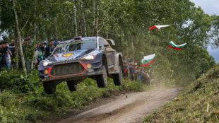 Neuville levita con su Hyundai en un salto.