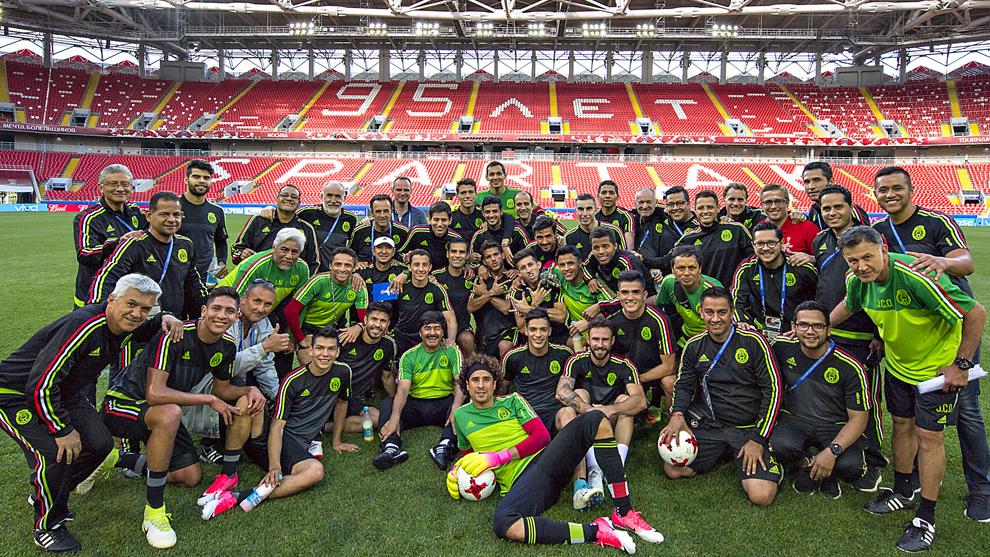 La selección mexicana, al finalizar el entrenamiento en el Estadio...