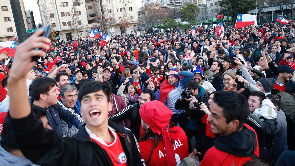 Hinchas chilenos celebran el triunfo de su selección ante Portugal