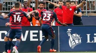 Dwyer y Acosta celebran un gol de los locales.