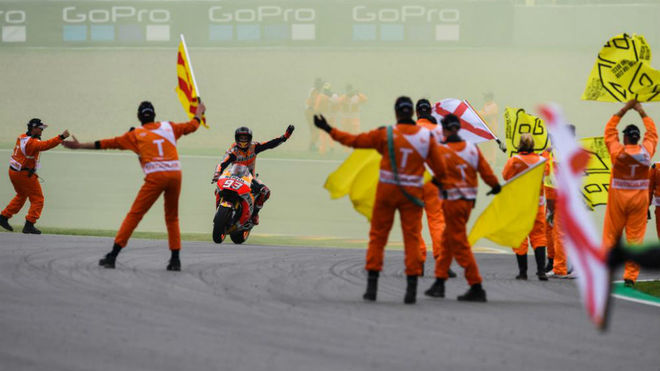 Márquez celebra su victoria con los comisarios del circuito.