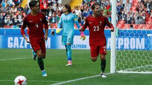 Adrien Silva celebra su gol, el segundo de Portugal, ante el desazón...