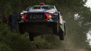 Dani Sordo da un salto con su Hyundai i20 Coupe WRC.