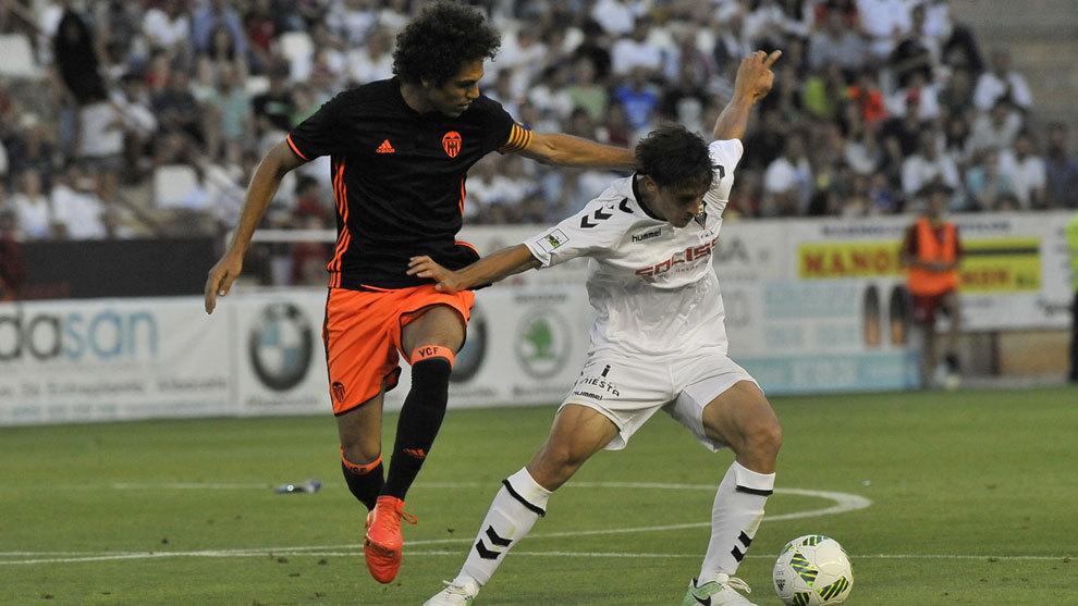 Quim Araujo pugna con Eloy Gila por el balón durante el partido de...