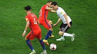 Rudy maniobra ante Marcelo Díaz y Mauricio Isla.