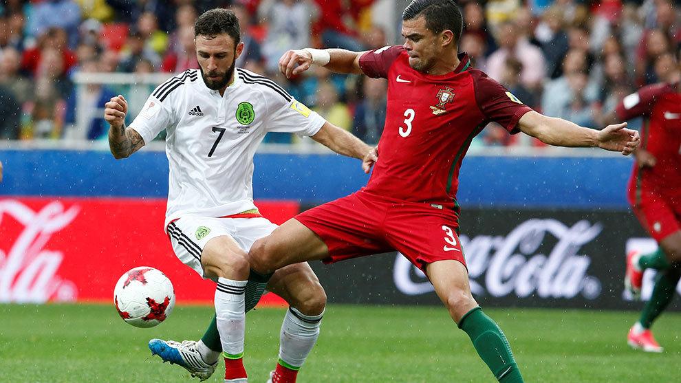 Miguel Layún y Pepe durante el partido por el tercer lugar de la Copa...