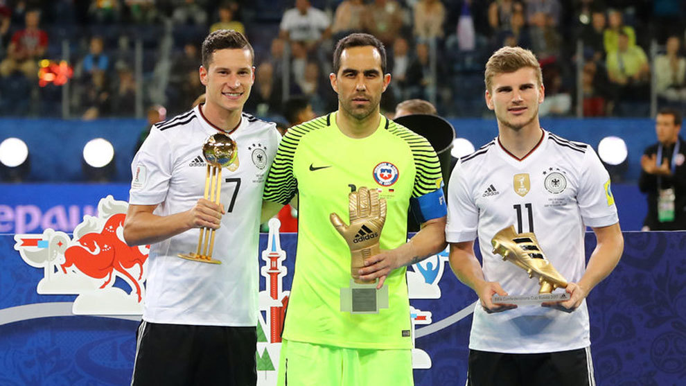 Draxler, Bravo y Werner posan con sus trofeos.