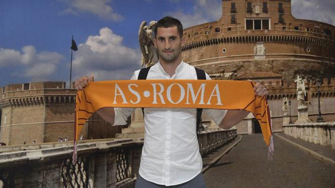 Gonalons posa con la bufanda de la Roma.