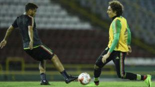 Dos Santos y Ochoa en entrenamiento