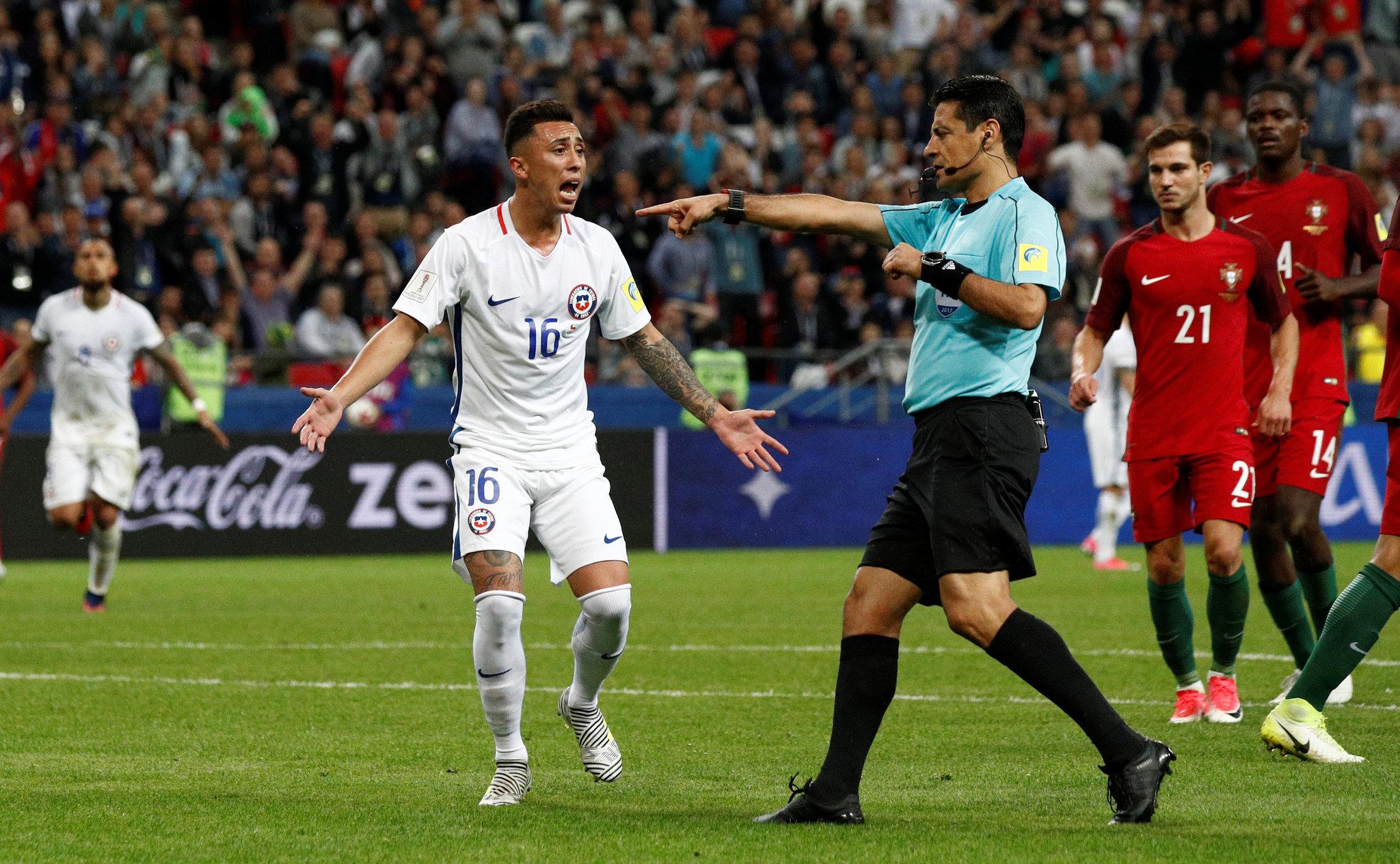 El árbitro no marca penal a favor de Chile ante Portugal.