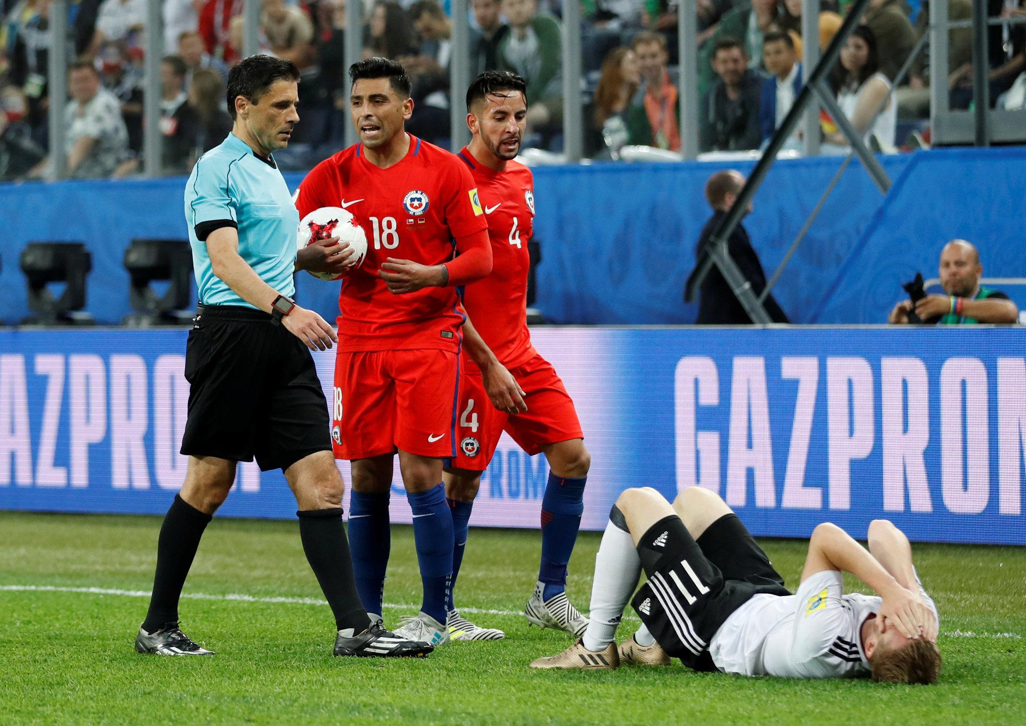 Timo Werner en el suelo, tras codazo de Jara. El árbitro no expulsó.