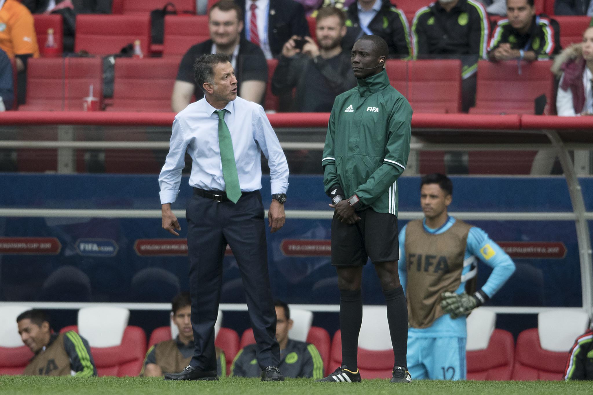 Osorio, encarando al árbitro, en duelo ante Portugal.