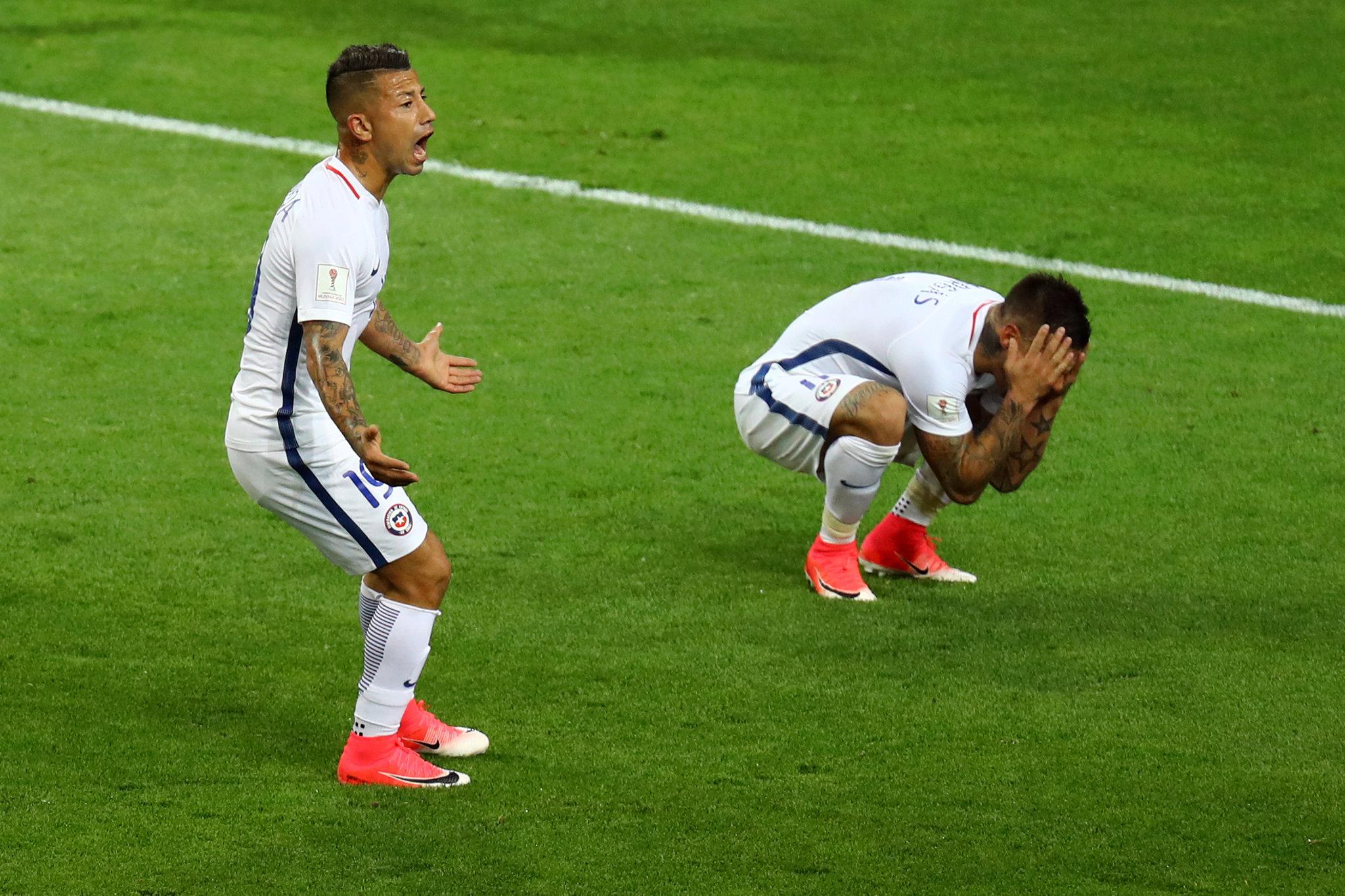 Vargas se lamenta tras anulación de su gol ante Camerún.