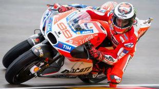 Lorenzo se tumba con su Ducati en el circuito de Sachsenring.