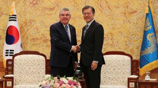 El presidente del COI, Thomas Bach, junto al presidente de Corea del...