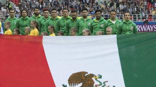 Los jugadores mexicanos, antes de empezar el partido contra Portugal.