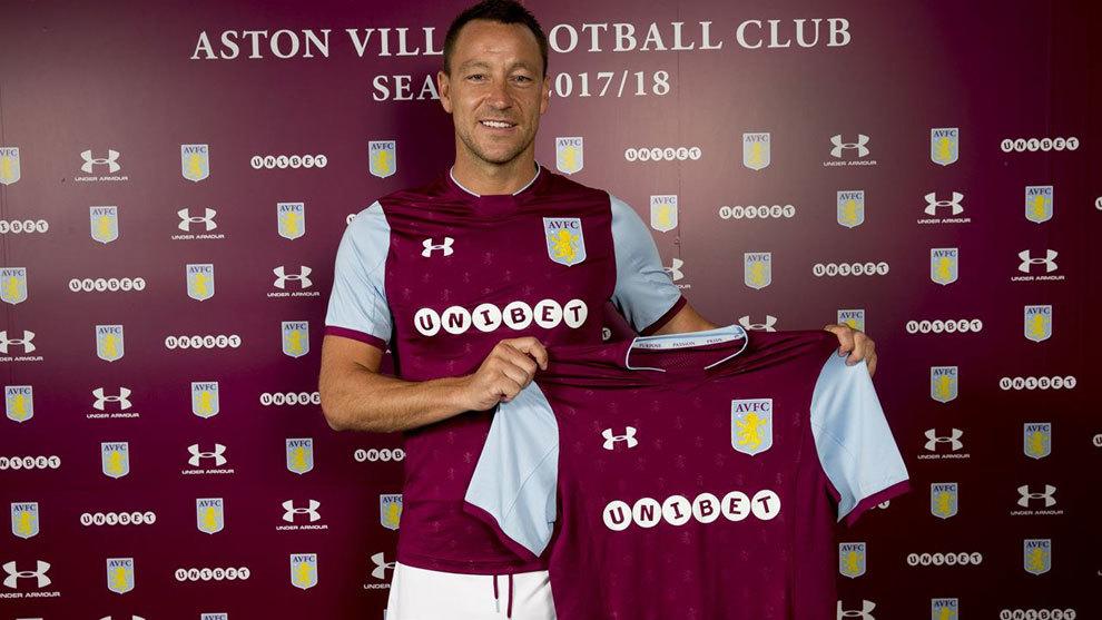 John Terry (36) posa con la equipación del Aston Villa